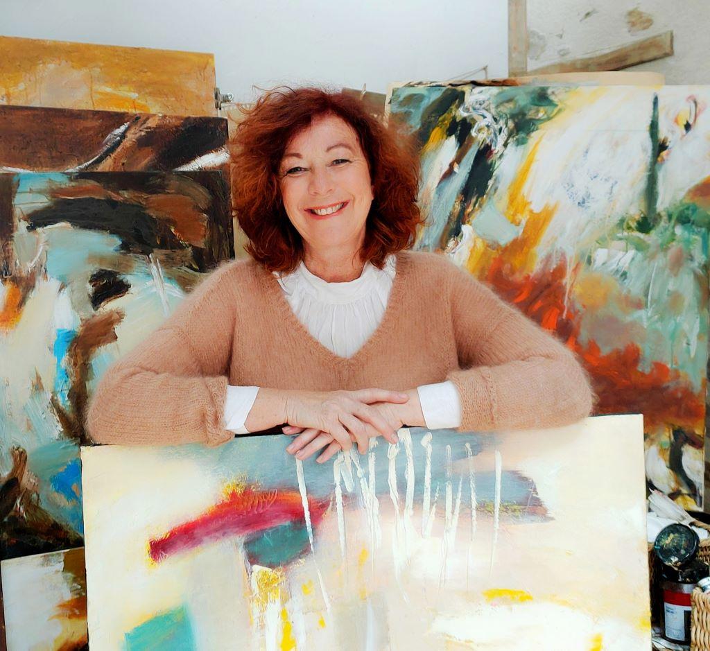 Portrait de l'artiste angevine Juliette Trébuchet avec ses toiles et dans son atelier d'artiste